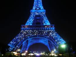the eiffel tower decorated for christmas