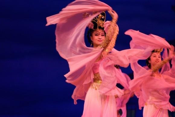 Chinese_women_in_pink,_dancing_(2007-07-05)